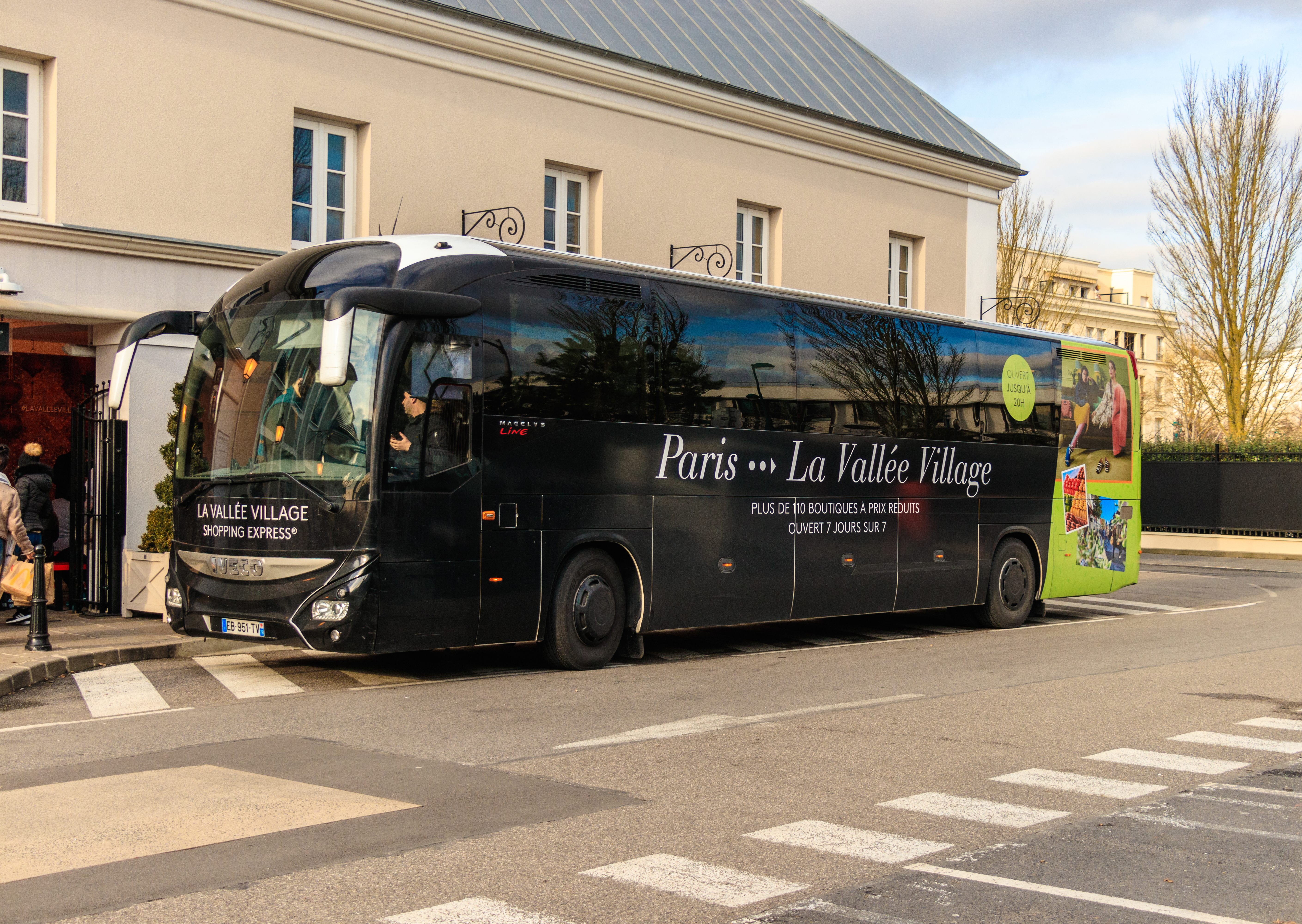 Free shuttle bus for LA VALLEE VILLAGE