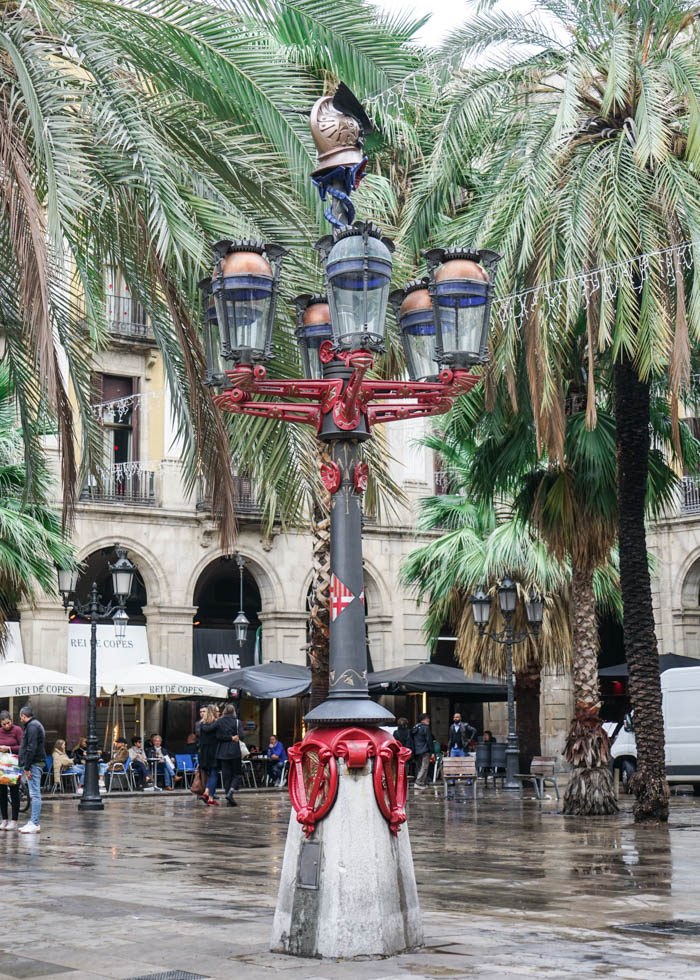 Barcelona Gaudi tour: Real Square streetlights