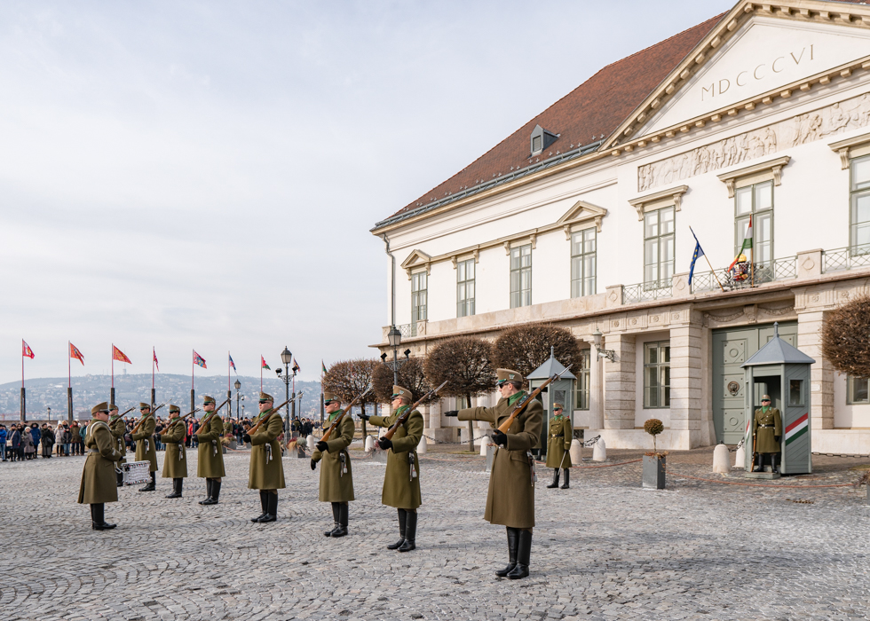 CHANGING OF THE GUARDS : BUDA SIDE ATTRACTION