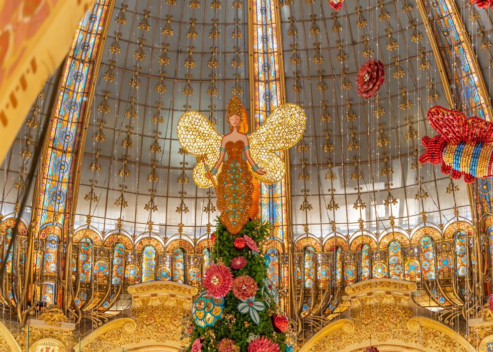 Главная парижская новогодняя елка