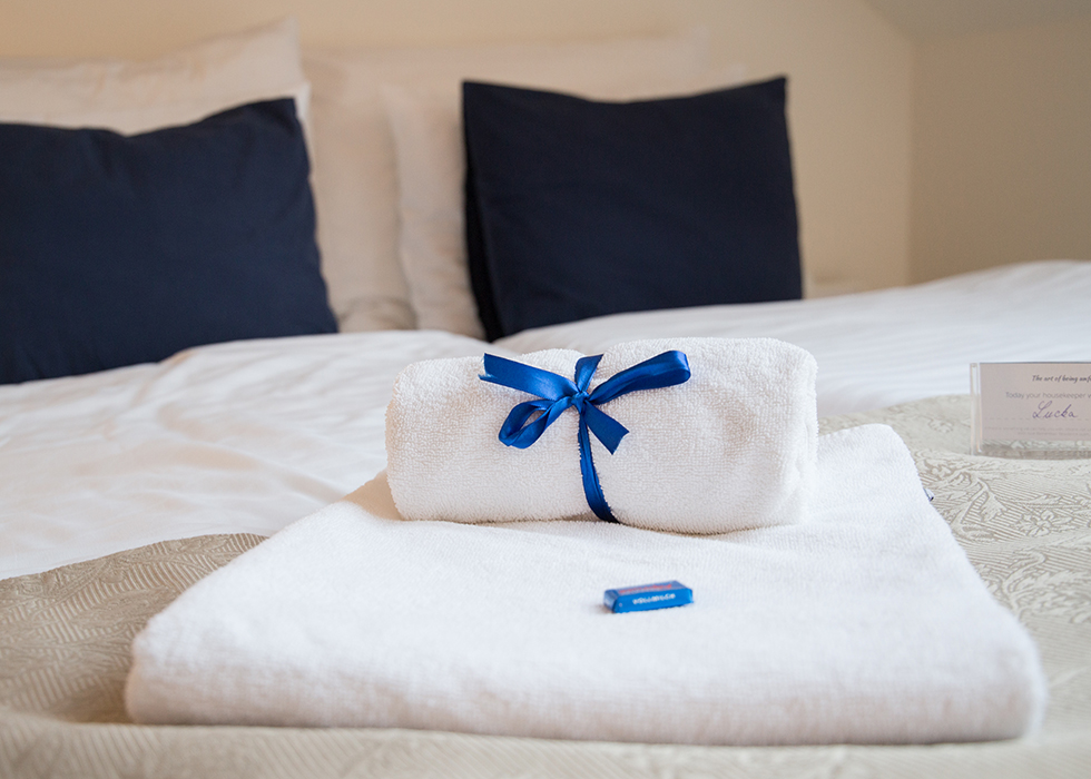 EUROPE ETIQUETTE 10. HOTEL MANNERS