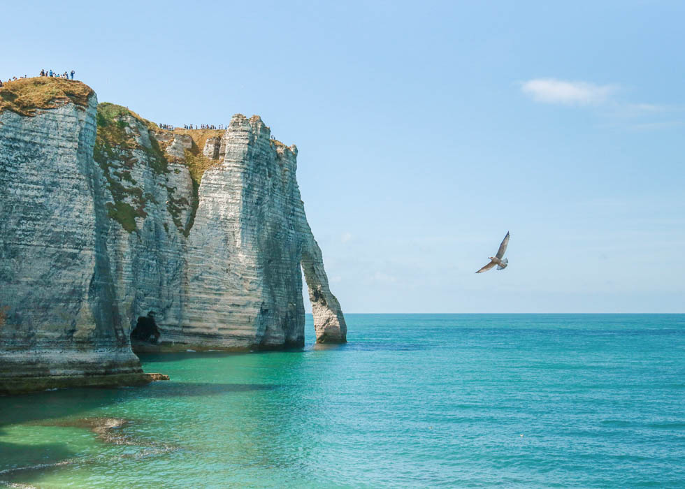 day trip to etretat to the white chalk cliffs and natural arches of tretat in normandy o. Black Bedroom Furniture Sets. Home Design Ideas