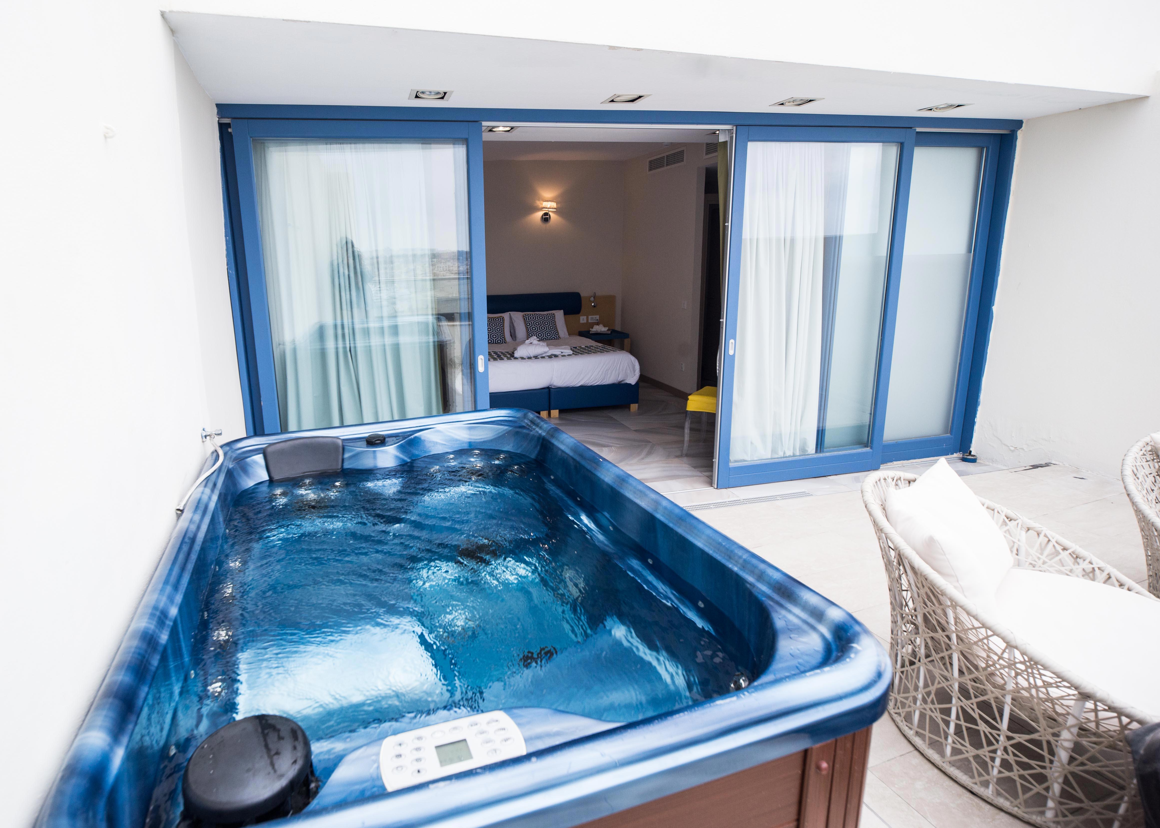 Jacuzzi spa bồn, khách sạn đẹp với cảnh Malta, The British Suites