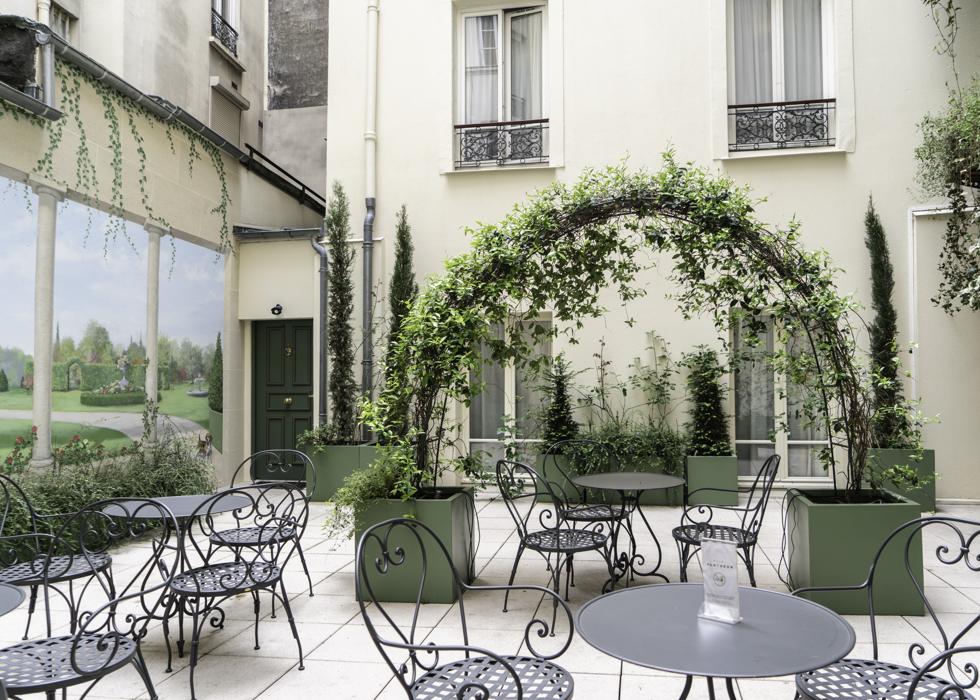 Отель в Париже с террасой